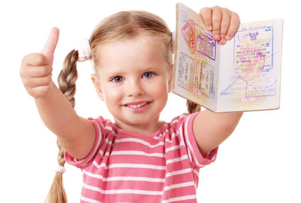 Нужен ли загранпаспорт ребенку до 14 лет: когда возникает необходимость сделать этот документ?