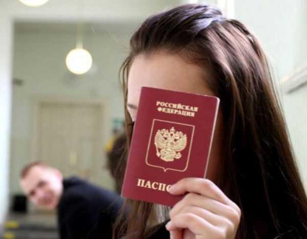 Девушка со своим паспортом