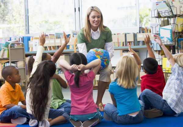 Женщина работает воспитателем